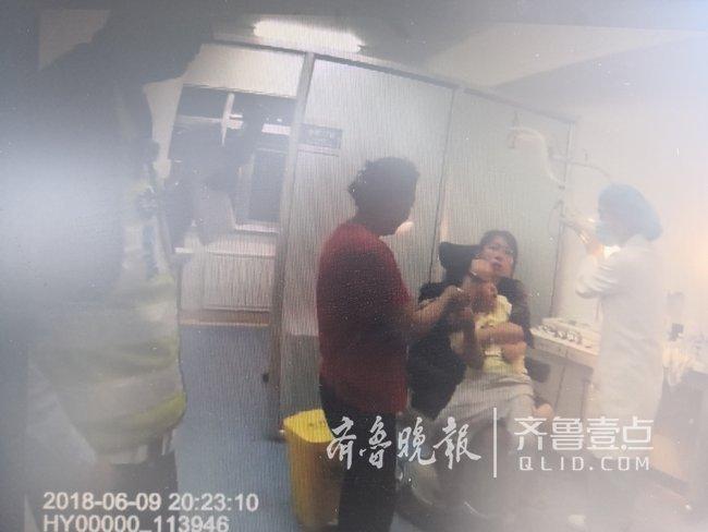 三岁男童将棉棒吸入鼻腔呼吸困难 交警抱娃跑步送急诊