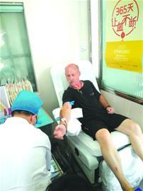 青岛撸袖无偿献血的外国友人多起来 高校留学生是主力