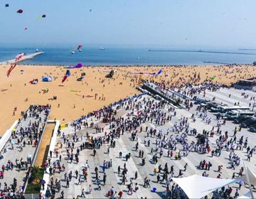 82秒丨航拍潍坊欢乐海沙滩,是时候与海水来一次亲密接触了!
