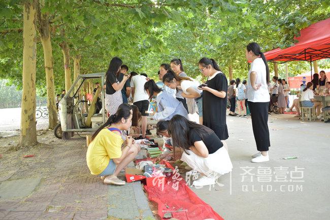 菏泽家政学院首届大学生校园跳蚤市场开市