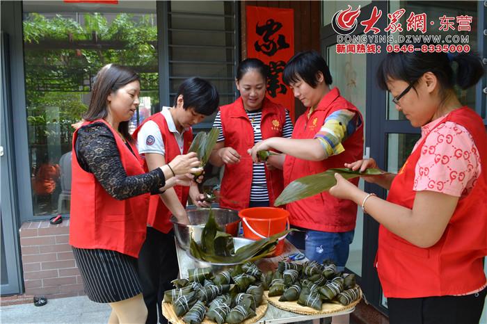 东营:悦来社区志愿者与独居老人包粽子共度端午