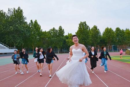 """厉害!菏泽学院毕业季 """"网红""""班长一天获赞88万"""