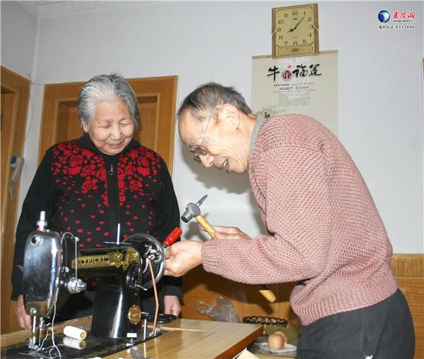 """东营九旬老人义务修缝纫机30年 开通维修""""热线"""""""