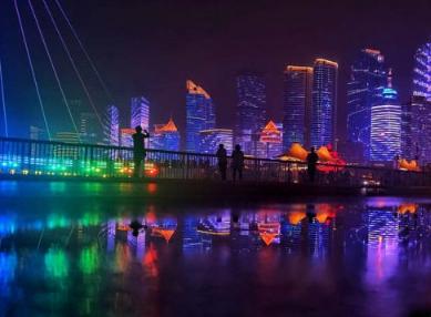 组图:倒影中的五四广场灯光璀璨 梦幻美景醉游人