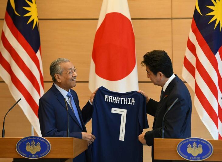 安倍送马来西亚总理7号球衣,啥意思?