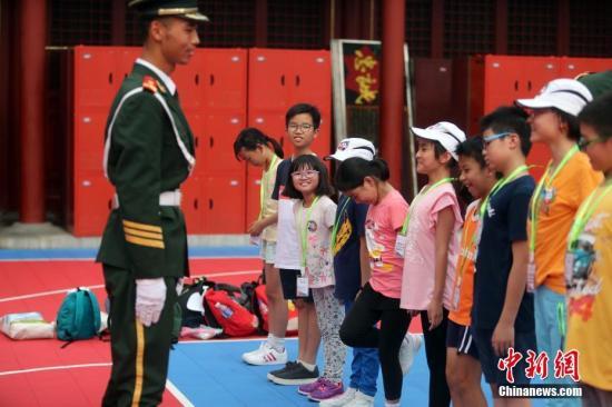 """香港教育局:""""变中求稳""""应对小学生人数升降"""
