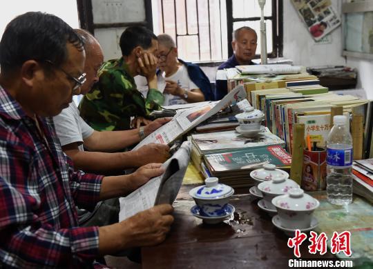 重庆八旬老人办16年免费书屋与周边居民共享知识