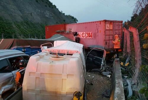 韩国高速公路发生连环追尾致 8人受伤