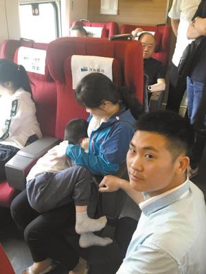 高铁即将启动5岁男孩跌落轨道 武警战士冒险救人