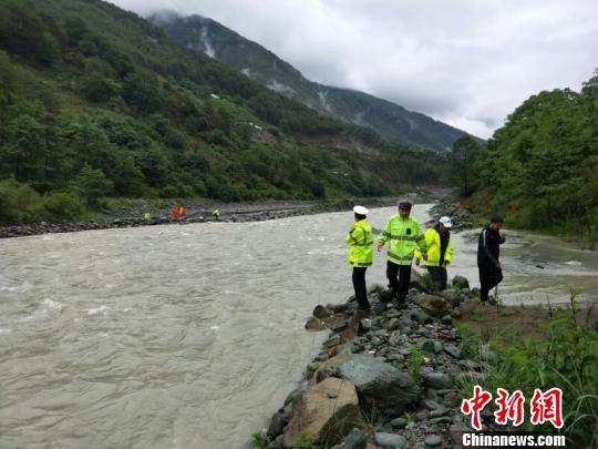 一汽车在香格里拉翻进河道 致4人失踪3人受伤
