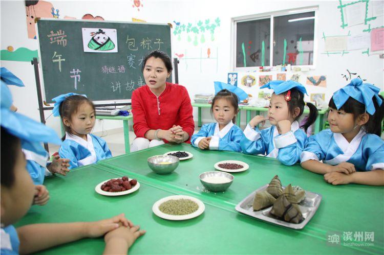6月13日,沾化区利国中心幼儿园中班小朋友学包粽子.