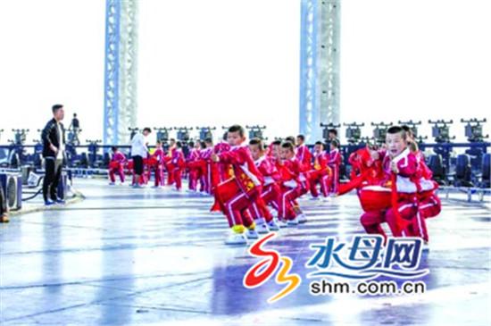 """莱州中华武校献技青岛峰会 40名武娃舞出齐鲁""""精气神"""""""