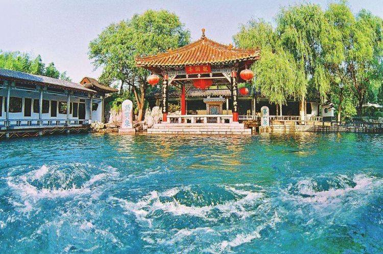 现在风景雅致的济南趵突泉,曾是市井百姓的狂欢场