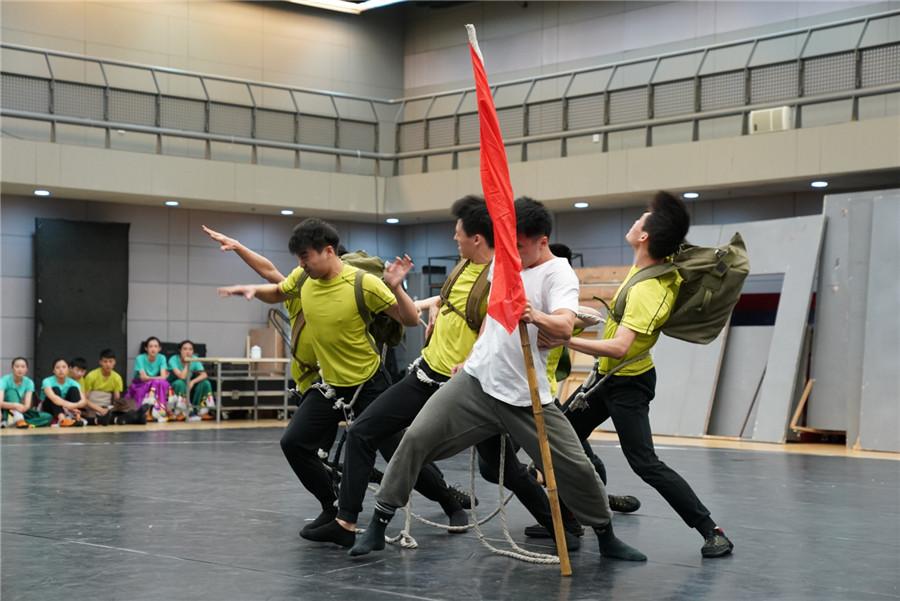 国家大剧院原创舞剧挑战现实题材 传唱18年 《天路》舞起来