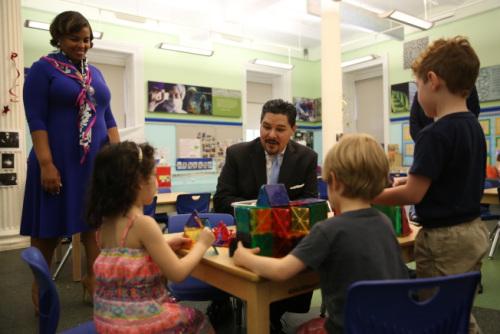 纽约特殊高中改革亚裔反对 教育总监坚持立场
