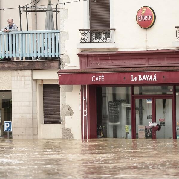 法国西南部暴雨成灾 消防员出动600次疏散逾百人