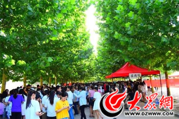 菏泽家政职业学院首届大学生校园跳蚤市场热闹开市