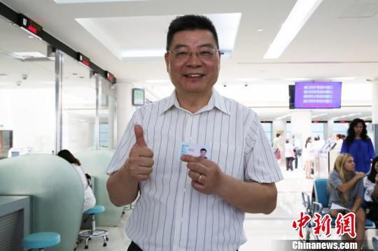 """上海两月颁500余""""永居证"""" 审批提速获外籍人士点赞"""