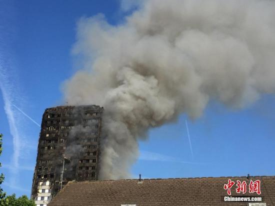 伦敦高楼火灾一周年 特蕾莎·梅承认政府反应迟缓