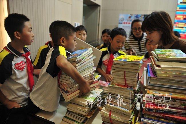 济南小学生捐书给新疆友好学校,一起阅读一起成长
