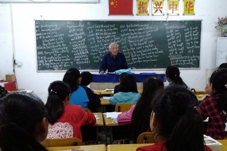 九旬教师守候留守儿童 语文英语书法全都教