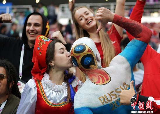 买票去现场、翘班看球……德国人有多爱世界杯?