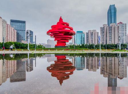 雨后五四广场恢复平静 美景倒映水中