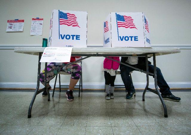 """走进""""摇摆州""""弗吉尼亚地方投票站"""