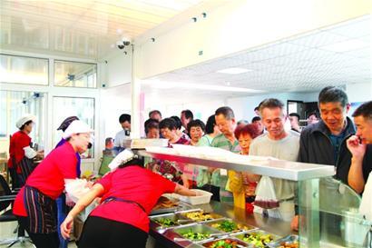 青岛高标准建社区助老食堂 困难老人每餐只需2至4元