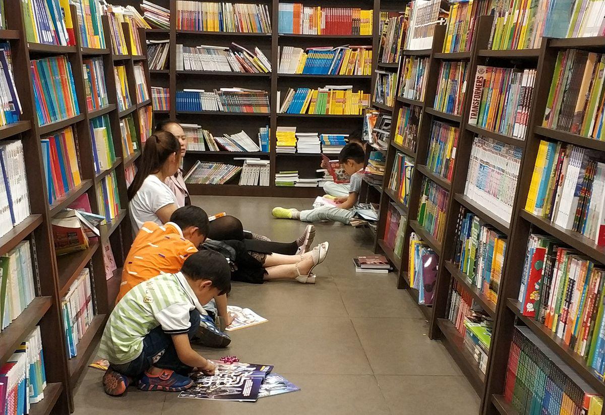 烟台端午假期掀起读书热 市民书店读书氛围浓