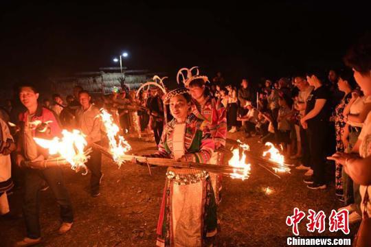 藏族女子跳舞手绘图片