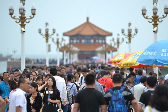 端午假期,青岛栈桥和老街区游人如织!