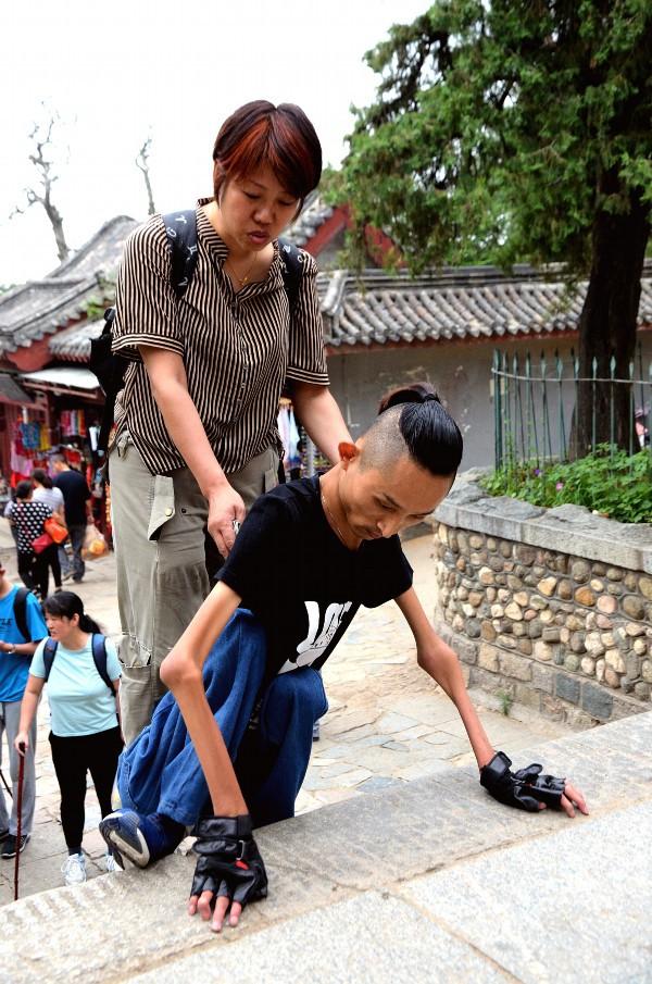 """挑战自己!菏泽90后渐冻症小伙用手""""爬""""上泰山"""