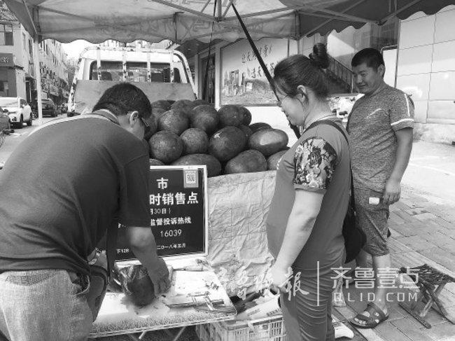 黄河北夫妻俩进城卖瓜,吃住在车上,就怕天不热