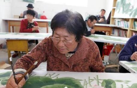 阳谷牛吴村农民一手种藕一手画荷 作品行销国内外