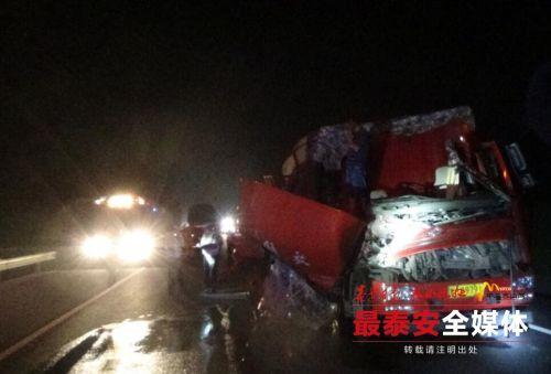 泰安:两车追尾1人被困 消防拆车救人