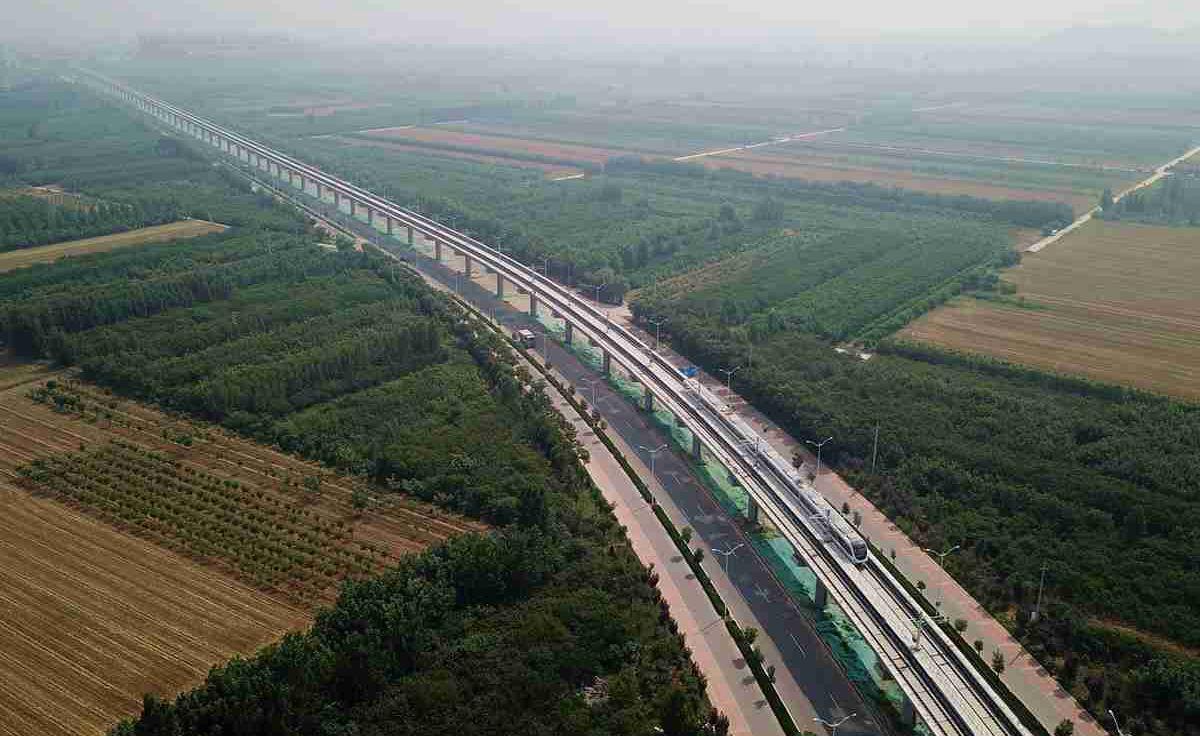 济南地铁R1线驶入赵营站 速度可达每小时100公里