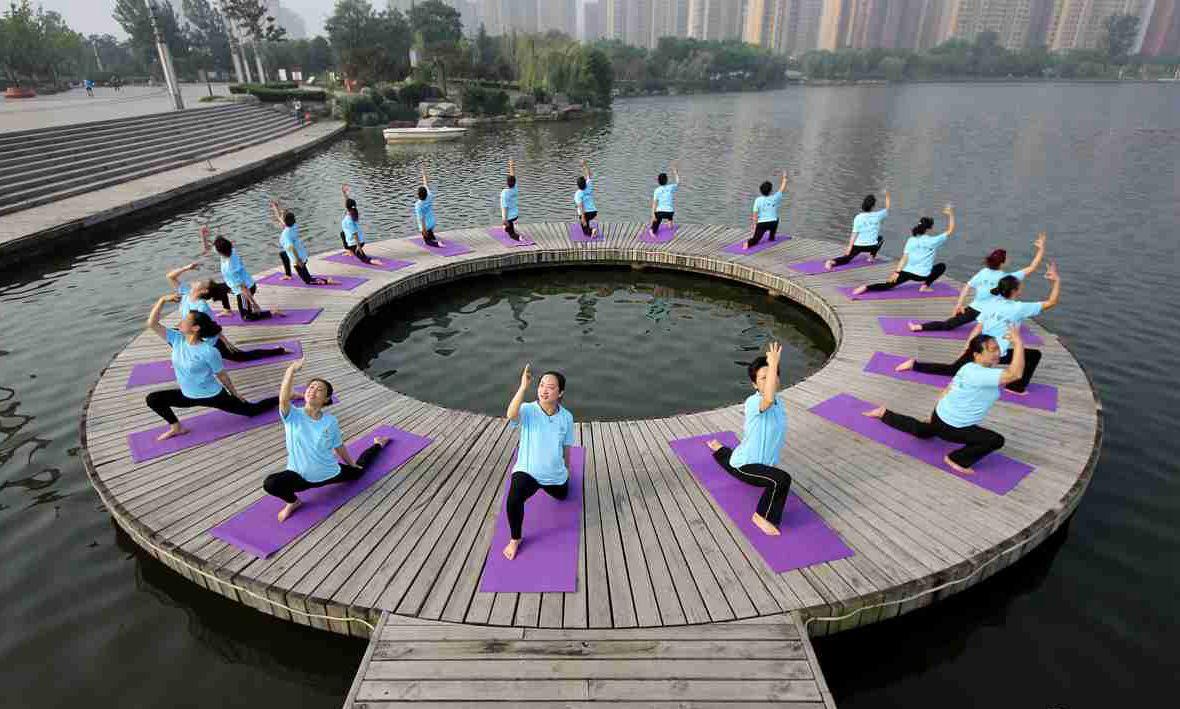 """枣庄瑜伽爱好者齐聚公园 迎接""""国际瑜伽日"""""""
