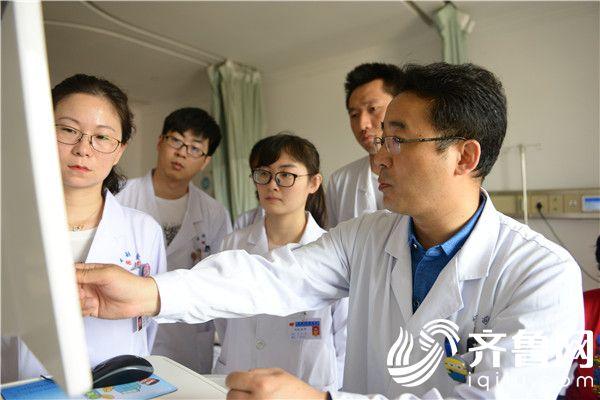 宋轶鹏(右一)与团队分析患者病情