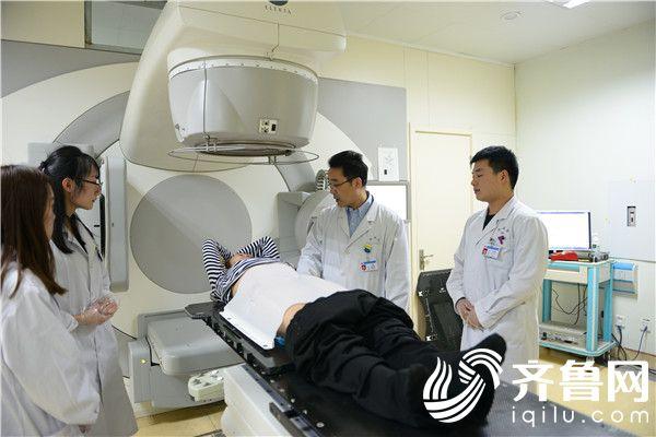 宋轶鹏(右二)为患者做治疗
