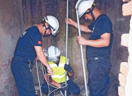 山羊坠入农田机井溺亡 淄博城际救援队用竖井提升器打捞
