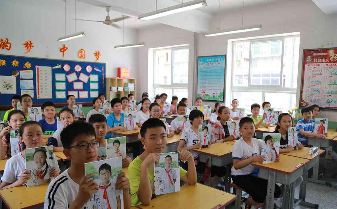 济南一小学教师上千幅照片纪录学生成长 毕业时送学生做礼物