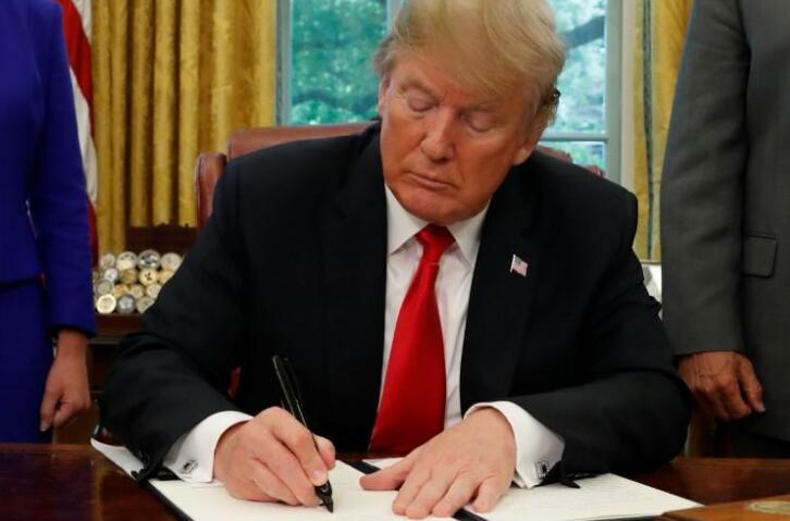 """特朗普改变主意 签署命令结束""""骨肉分离""""政策"""