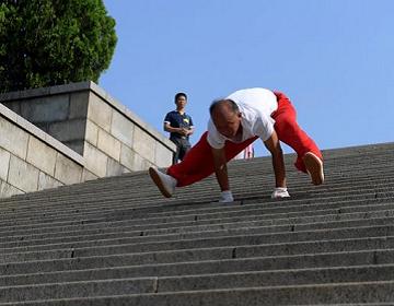 """济南68岁老人苦练""""豹跑""""绝技12年 21秒下107级台阶"""