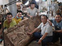 济南老人痴迷雕刻艺术 木头上塑造立体清明上河图