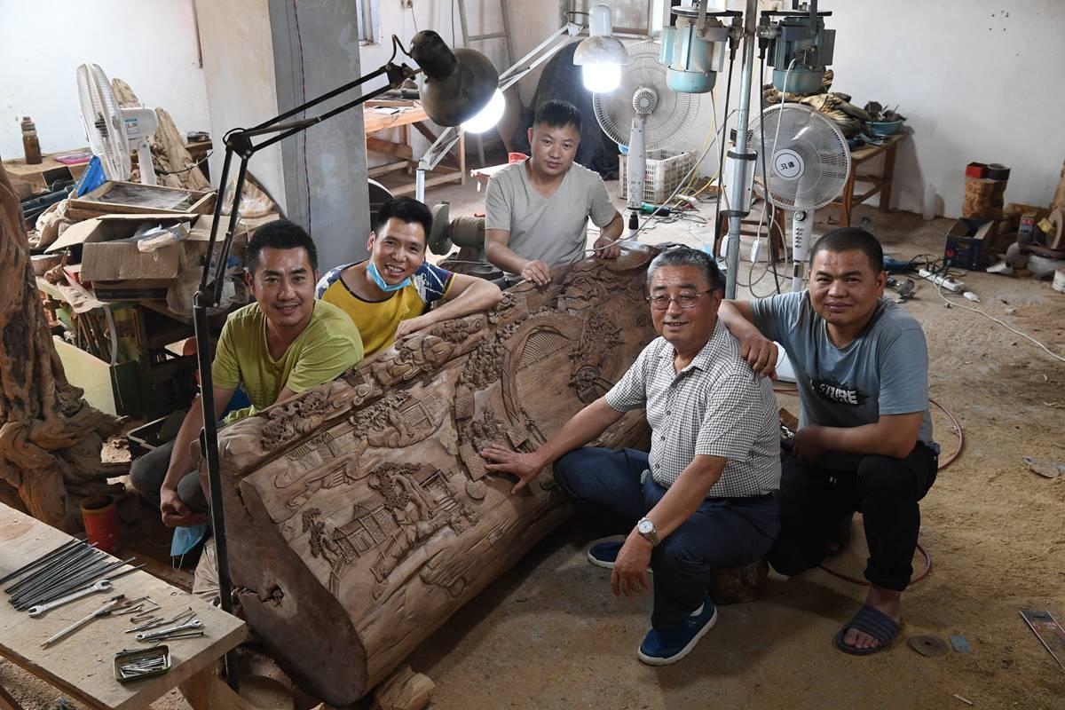 济南老人痴迷雕刻 木头上塑造立体清明上河图
