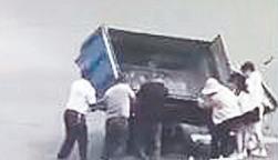 路口侧翻被困众人救援又发险情 淄博司机被自家三轮先压后碾