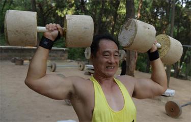 """济南""""露天健身馆"""":老人轻松提起二百斤杠铃"""