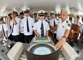 """烟台:00后""""准海员""""登船体验航海作业"""