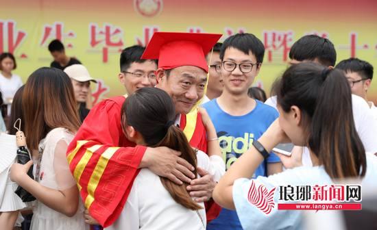 临沂大学2018届毕业生典礼 6381名毕业生挥泪作别